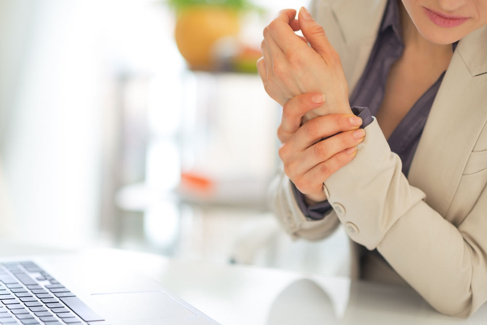 Woman with Carpal Tunnel needs chiropractic care.